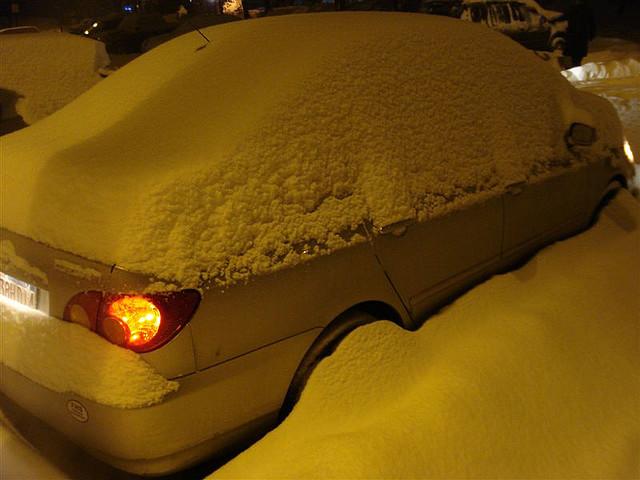 Zima, zakopane śniegiem auto