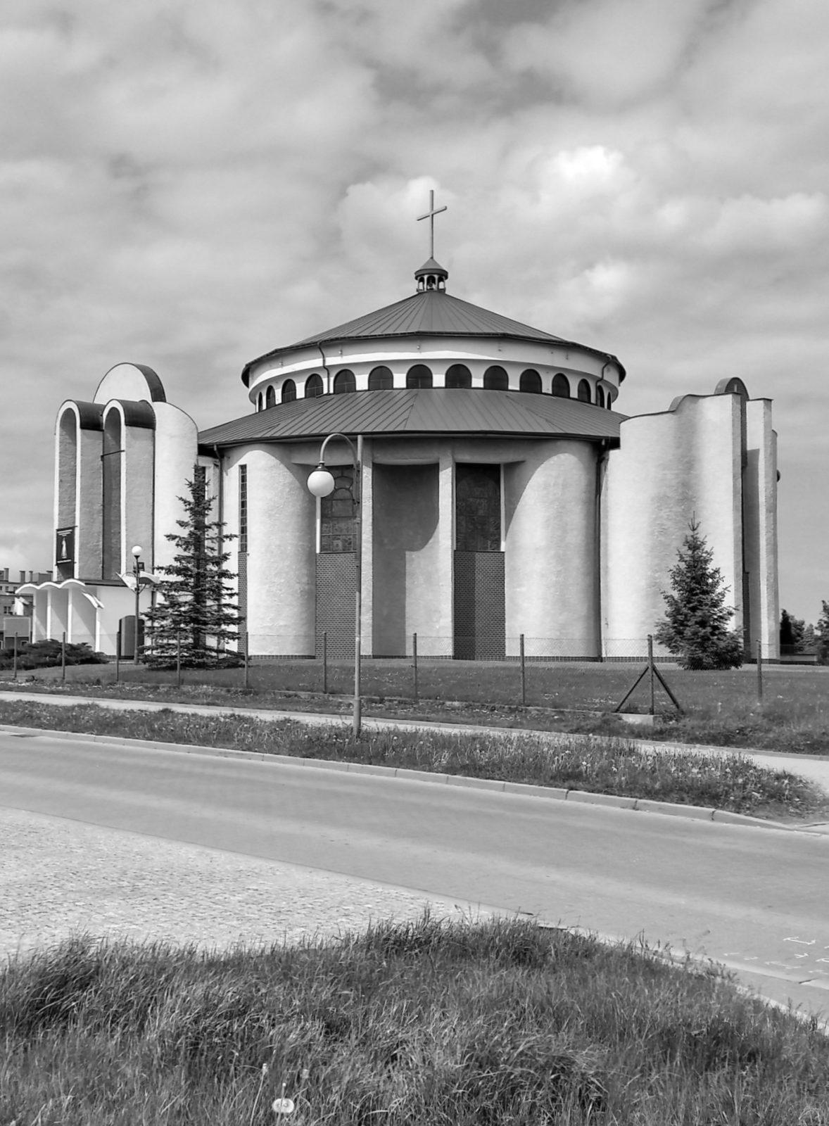 Widok na Sanktuarium pw. Podwyższenia Krzyża Świętego w Wałbrzychu, dzielnica Podzamcze